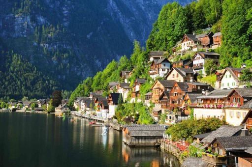 Дома в горах на реке