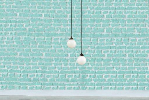 Лампочки и голубая стена